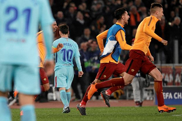 Barcelona's Lionel Messi, number 10, walks off the pitch as Roma players celebrate reaching the semifinals during the Champions League quarterfinal second leg soccer match between between Roma and FC Barcelona, at Rome's Olympic Stadium, Tuesday, April 10, 2018. (AP Photo/Gregorio Borgia) SLOWA KLUCZOWE: XCHAMPIONSLEAGUEX