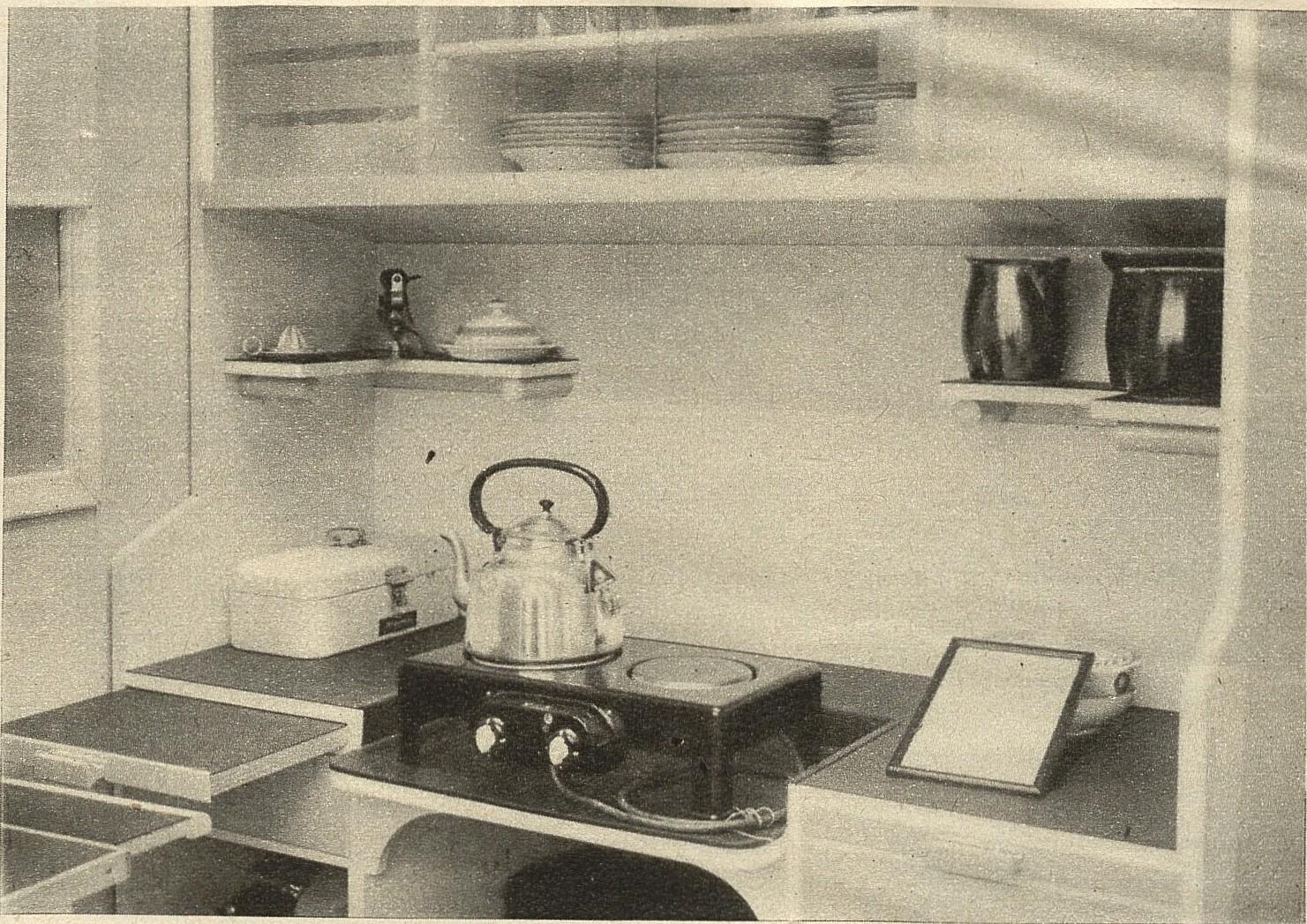 Aneks kuchenny w pokoju z lat 30. Dzięki zastosowaniu niewielkiej kuchenki elektrycznej i sprytnych rozwiązań w rodzaju wysuwanych blacików, udało się zaprojektować mikroskopijną kuchnię, która jest przy tym funkcjonalna (fot. materiały prasowe)