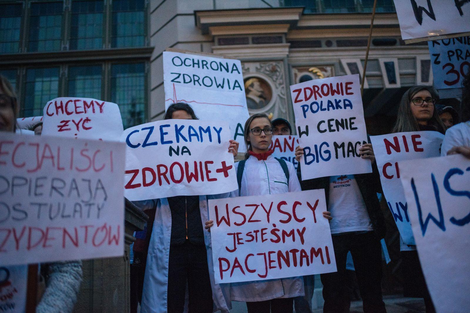 26.10.2017 Gdansk . Trwa juz 5 dzien protestu glodowego lekarzy w Gdansku . W ramach poparcia dla glodujacych lekarzy , zorganizowano marsz poparcia dla protestujacych , ktory rozpoczal sie na Uniwersytecie Medycznym . Nastepnie protestujacy w mileczniu przeszli pod Pomnik Poleglych Stoczniowcow , gdzie przedstawili postulaty i udali sie na Dlugi Targ pod pomnik Neptuna .fot . Bartosz Banka / Agencja Gazeta