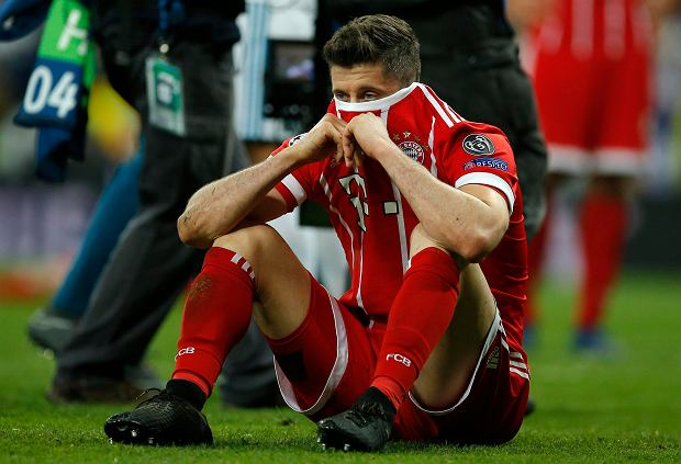 Bayern's Robert Lewandowski looks disappointed when his team failed to advance to the final during the Champions League semifinal second leg soccer match between Real Madrid and FC Bayern Munich at the Santiago Bernabeu stadium in Madrid, Spain, Tuesday, May 1, 2018. (AP Photo/Paul White) SLOWA KLUCZOWE: XCHAMPIONSLEAGUEX