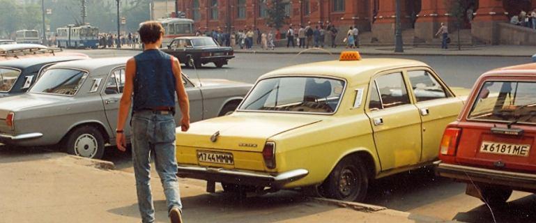 Moskwa, 1989 rok. Na ulicach prawie same Wołgi - te parkują przy Placu Rewolucji