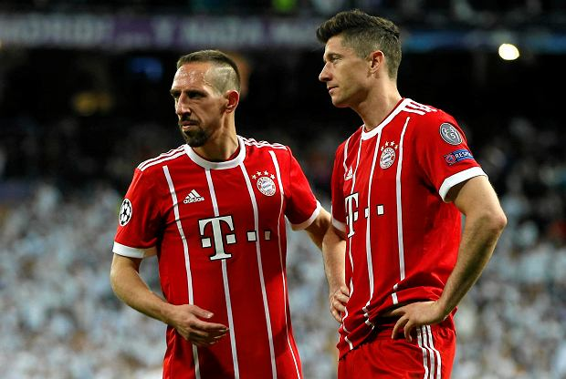 Bayern's Franck Ribery, left, and Robert Lewandowski leave the pitch after Madrid reached its third straight Champions League final 4-3 on aggregate at the Champions League semifinal second leg soccer match between Real Madrid and FC Bayern Munich at the Santiago Bernabeu stadium in Madrid, Spain, Tuesday, May 1, 2018. (AP Photo/Paul White) SLOWA KLUCZOWE: XCHAMPIONSLEAGUEX