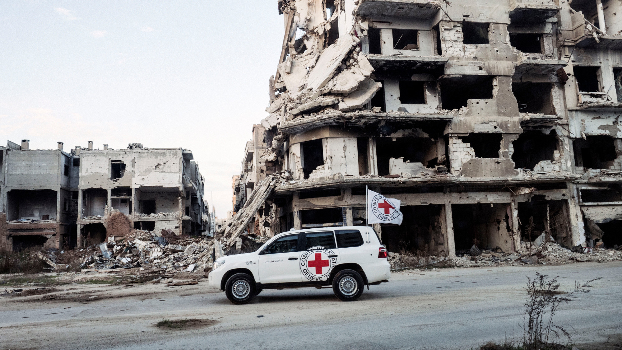 Pracownicy Międzynarodowego Czerwonego Krzyża podczas misji w Syrii (fot. archiwum prywatne Pawła Krzyśka)