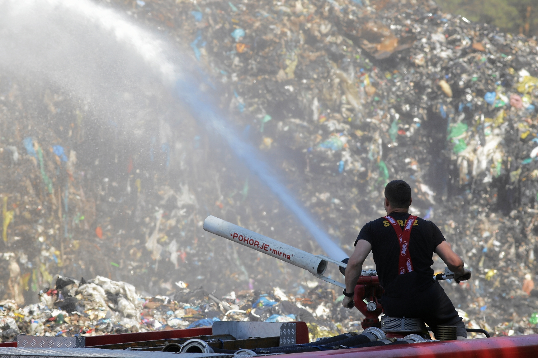Od pewnego czasu nasi biznesmeni zorientowali się, że można dobrze zarobić, ściągając odpady z zagranicy. Na zdjęciu pożar wysypiska w Studziankach (woj. podlaskie), czerwiec 2018 (Fot.Agnieszka Sadowska / AG)