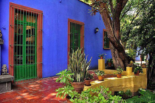 Na rogu ulic Allende i Londres, w mieście Meksyk, stoi kobaltowy dom. Jedna kobieta sprawiła, że codziennie ustawia się przed nim tłum turystów