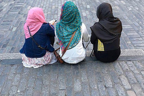 """""""Codziennie słyszę opowieści: ktoś napluł mi w twarz, ktoś rzucił we mnie kanapką"""". Jak żyje się Polkom, które przeszły na islam?"""