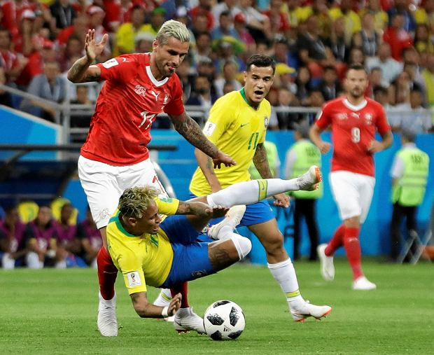 Switzerland's Valon Behrami, left, and Brazil's Neymar challenge for the ball during the group E match between Brazil and Switzerland at the 2018 soccer World Cup in the Rostov Arena in Rostov-on-Don, Russia, Sunday, June 17, 2018. (AP Photo/Themba Hadebe) SLOWA KLUCZOWE: WC2018BRA;WC2018CHE