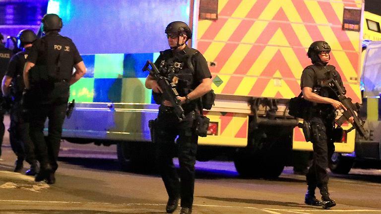 """""""Ogromny błysk, huk i dym"""". 22 osoby nie żyją, ponad 50 zostało rannych po koncercie Ariany Grande w Manchesterze [CO WIEMY]"""