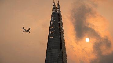 """""""Na Londyn nałożono filtr z Instagrama"""". Ophelia zabarwiła niebo nad Wielką Brytanią na pomarańczowo"""