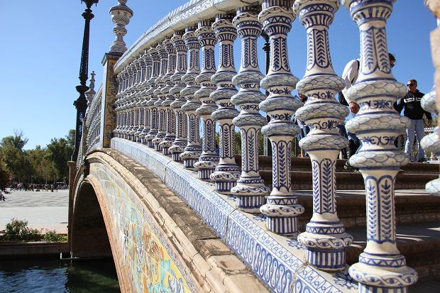 Detale jednego z mostów na placu Hiszpańskim