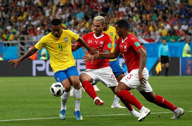 Brazil's Gabriel Jesus, left, duels for the ball with Switzerland's Valon Behrami, center, during the group E match between Brazil and Switzerland at the 2018 soccer World Cup in the Rostov Arena in Rostov-on-Don, Russia, Sunday, June 17, 2018. (AP Photo/Darko Vojinovic) SLOWA KLUCZOWE: WC2018BRA;WC2018CHE