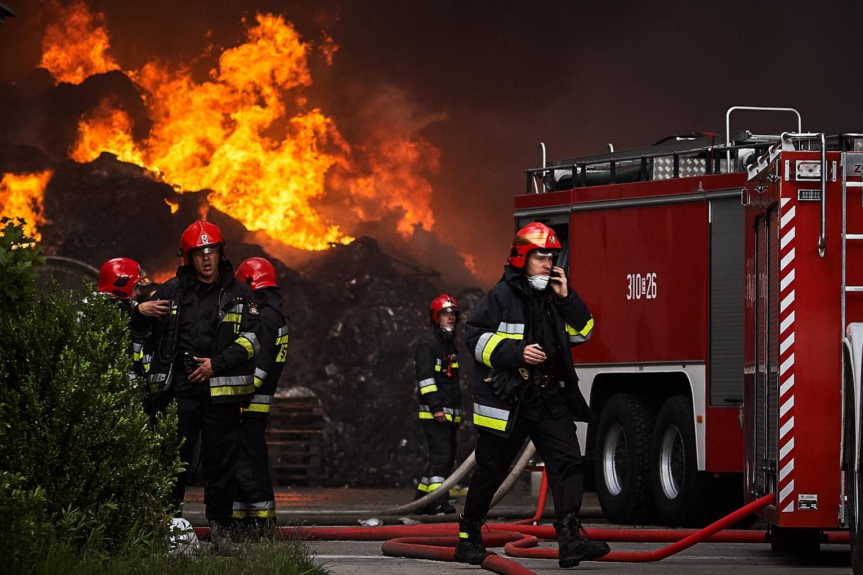 Na zdjęciu strażacy walczący z pożarem składowiska śmieci w Zgierzu pod Łodzią. Maj 2018 (Fot. Tomasz Stańczak / Agencja Gazeta)