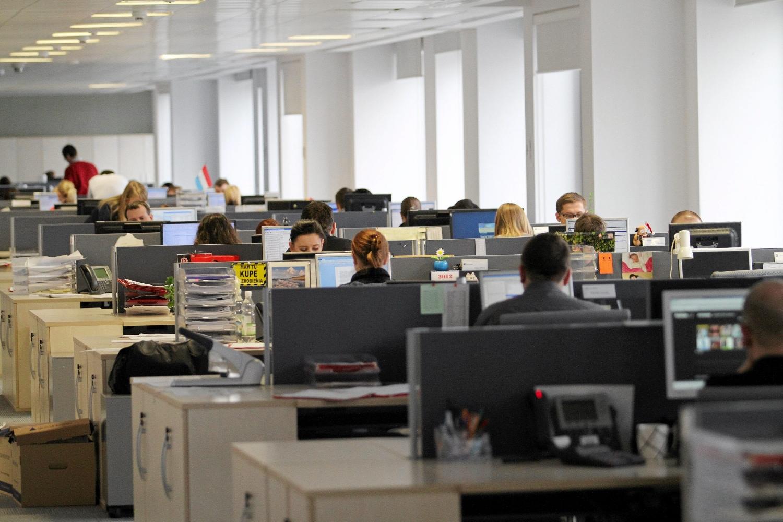 Partia Razem zaproponowała zmianę długości dnia pracy z ośmiu na 7 godzin (Fot. Mateusz Skwarczek / AG)