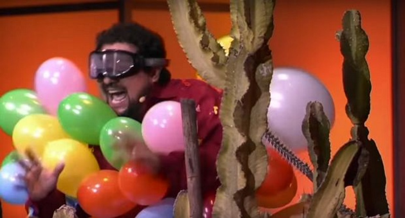Dla pieniędzy pozwolił wepchnąć się w kaktusy. Oto nowy wymiar karaoke!