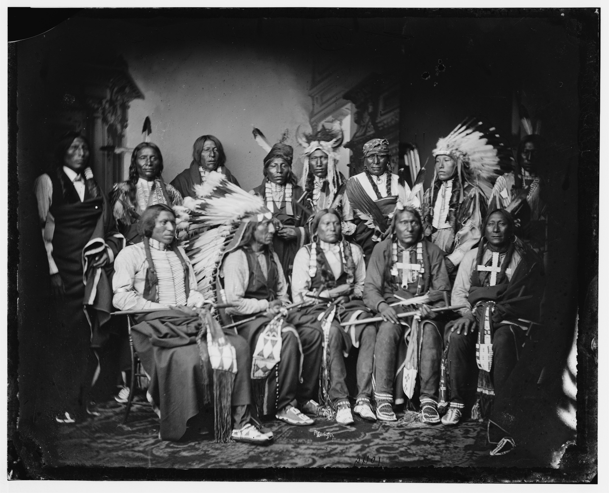 Czerwona Chmura (siedzi drugi z lewej) w otoczeniu innych Siuksów. Zdjęcie zrobione miedzy 1860 a 1880 r. (fot. Wikimedia.org / Domena publiczna)