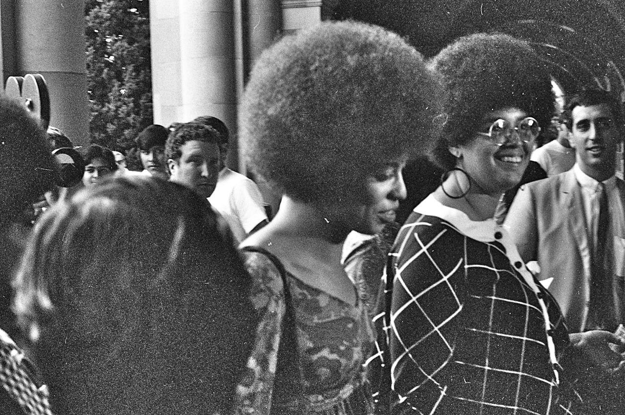 Angela Davis (w środku, bez okularów) w 1969 r. (fot. GeorgeLouis at English Wikipedia / CC BY 3.0)