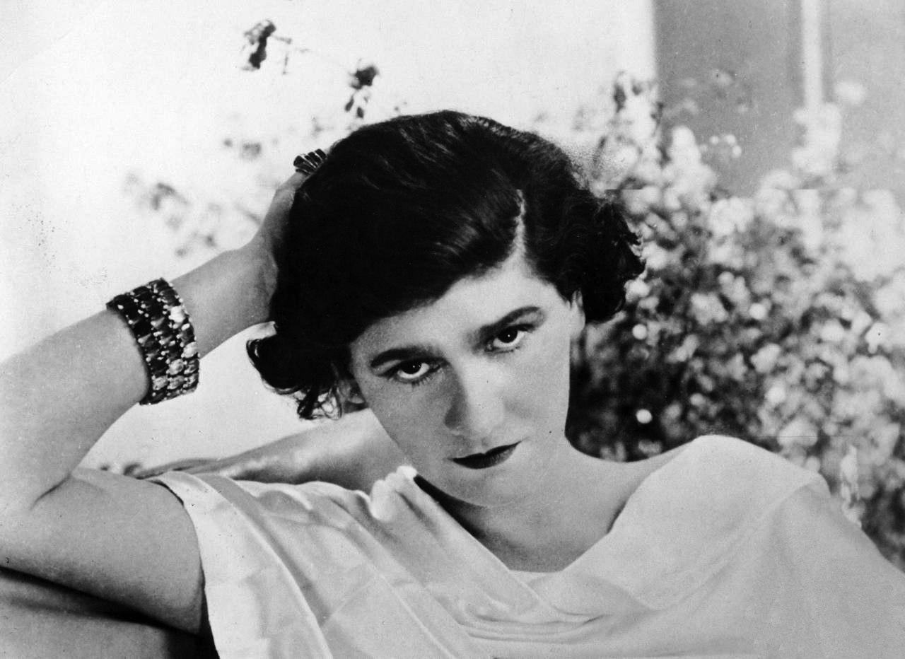 Gabrielle 'Coco' Chanel na nowo zdefiniowała 'luksus'. Zdjęcie z 1920 roku (fot. domena publiczna)