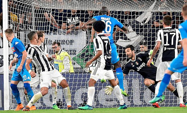 Napoli's Kalidou Koulibaly, top center, scores during a Serie A soccer match between Juventus and Napoli at the Allianz Stadium in Turin, Italy, Sunday, April 22, 2018. (Alessandro Di Marco/ANSA via AP) SLOWA KLUCZOWE: XSERIEAX