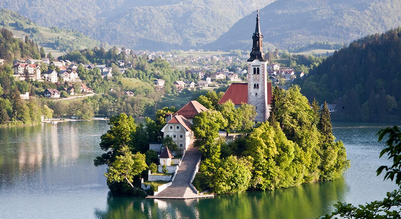 Dzięki źródłom termalnym woda w jeziorze Bled ma temperaturę sięgającą 26 stopni