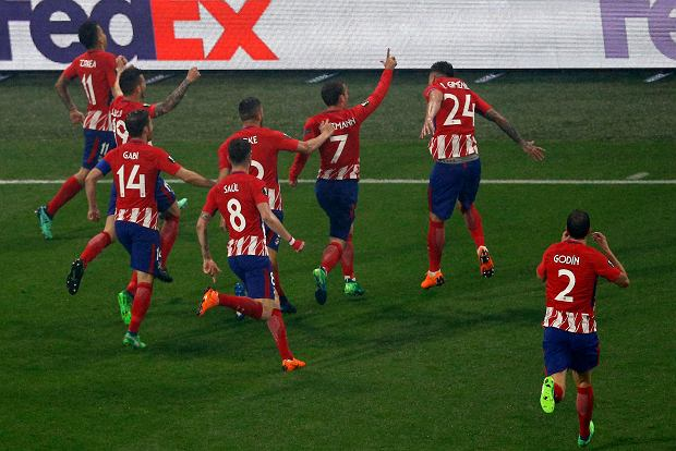 Atletico's Antoine Griezmann, center raising arm, celebrates with teammates his second goal during the Europa League Final soccer match between Marseille and Atletico Madrid at the Stade de Lyon outside Lyon, France, Wednesday, May 16, 2018. (AP Photo/Christophe Ena) SLOWA KLUCZOWE: XEUROPALEAGUEX