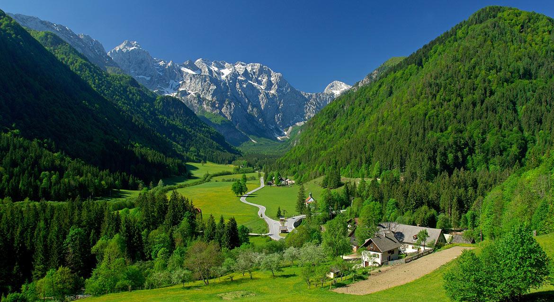 Dolina Logarska z licznymi wodospadami i jaskiniami to jedna z najpiękniejszych polodowcowych dolin alpejskich