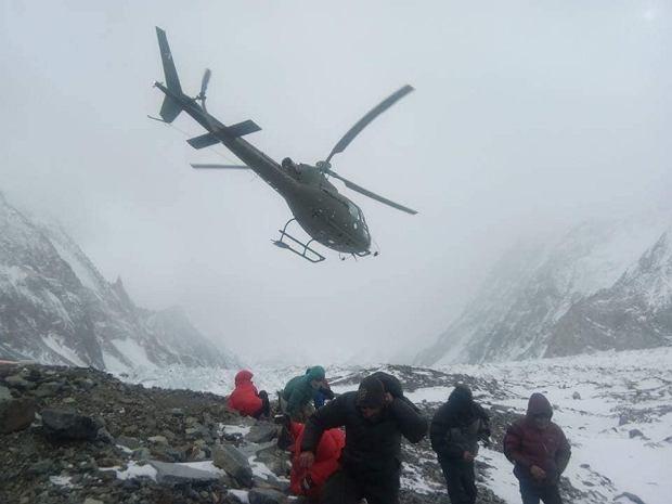 Helikopter lądujący w bazie pod K2