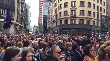 """Wyrok ws. gwałtu """"watahy"""" wzbudził wściekłość w Hiszpanii. Porażające szczegóły w mowie prokurator"""