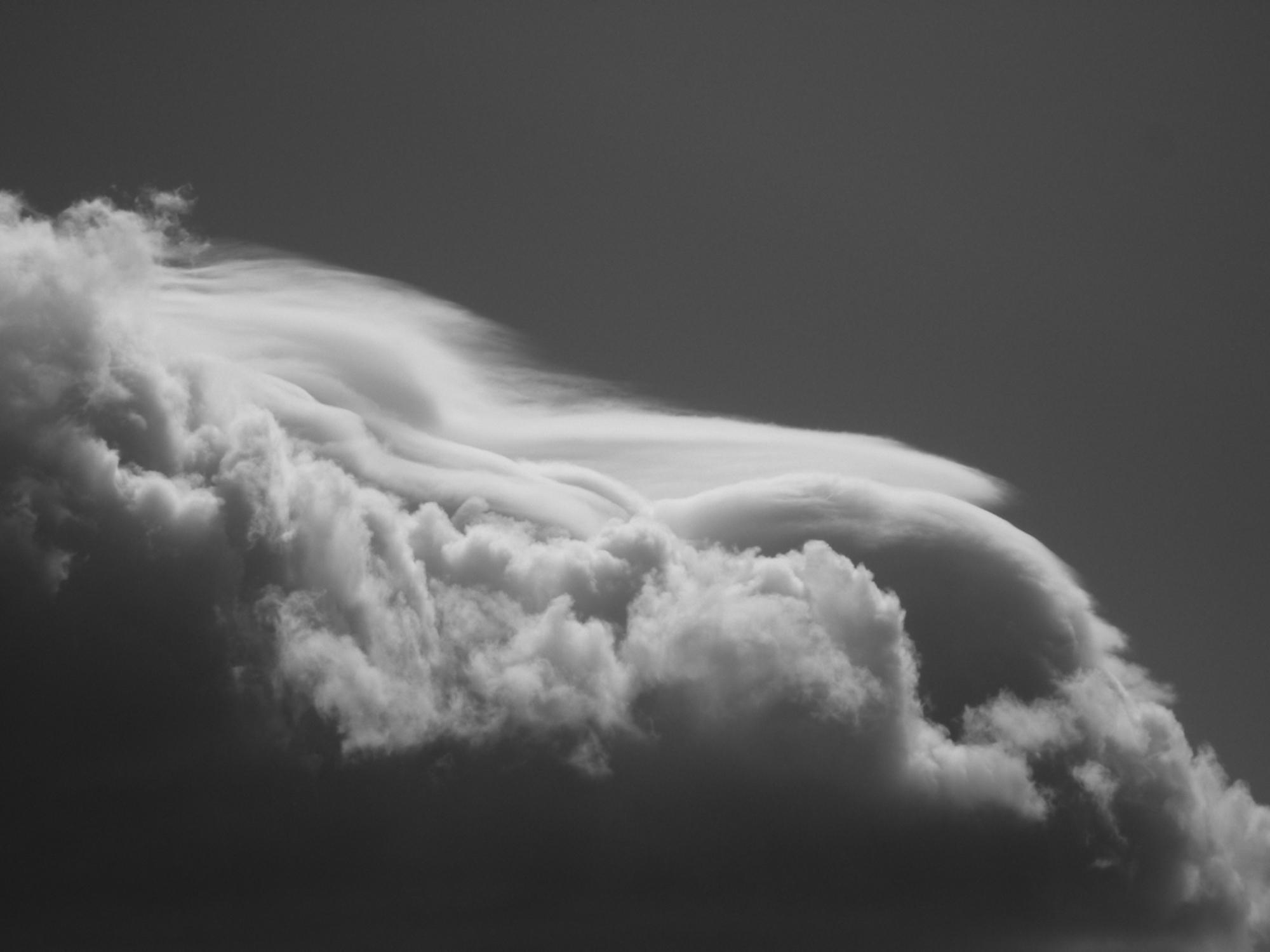 Gdy góra chmury traci swoją konsystencję i staje się rzadsza, to zły znak. Oznacza to, że w chmurze zaczyna się tworzyć lód, a pogoda może się pogorszyć. Możliwe wystąpienie burz (fot. materiały prasowe)