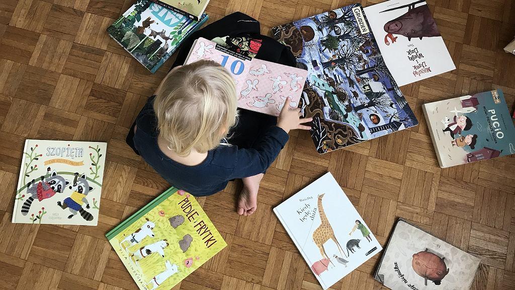 Lonia ma prawie 3,5 roku i bardzo lubi książki. Wybiera idealne książkowe prezenty dla kilkulatków