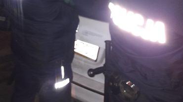 Ktoś nakleił na samochód TVP antypisowską naklejkę. Auto natychmiast otoczyła policja