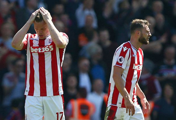 Stoke City's Ryan Shawcross, left, gestures after Crystal Palace's Patrick van Aanholt scores his side's second goal of the game,  during the English Premier League soccer match between Stoke City and Crystal Palace, at the bet365 Stadium, in Stoke, England, Saturday May 5, 2018. (Dave Thompson/PA via AP) SLOWA KLUCZOWE: soccer;football