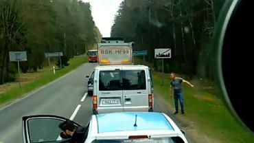Turyści z busa pozbyli się śmieci. Przez okno. Kapitalna reakcja kierowcy ciężarówki