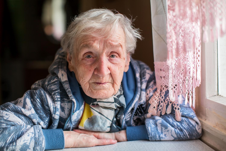 Do Centrum Wsparcia dzwonią też samotne osoby starsze, opuszczone przez rodzinę (fot. shutterstock.com)