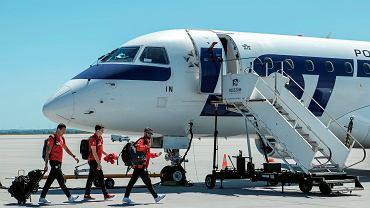 Reprezentacja Polski w drodze do Moskwy. W samolocie jest też Kamil Glik