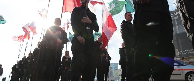 """Krzyż, flagi i """"Śmierć wrogom ojczyzny"""". Marsz ONR w samym sercu Warszawy"""