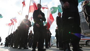 """Krzyż, flagi, zacięte twarze i okrzyki """"Śmierć wrogom ojczyzny"""". Marsz ONR przeszedł przez centrum Warszawy"""