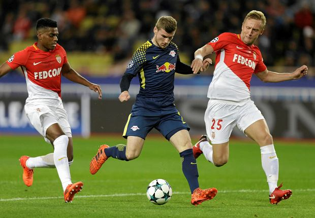 Leipzig's Timo Werner, center, dribbles Monaco's Kamil Glik, right, before scoring during their Champions League Group G soccer match between Monaco and Leipzig at the Louis II stadium in Monaco, Tuesday Nov. 21, 2017. (AP Photo/Claude Paris) SLOWA KLUCZOWE: XCHAMPIONSLEAGUEX