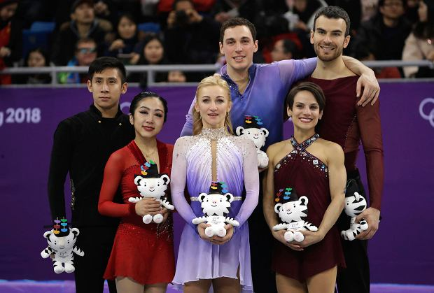 Gold medalists in the pairs free skate figure skating final, Germany's Aljona Savchenko, foreground centre, and partner Bruno Massot, centre back, celebrate on the podium with silver medalists China's Sui Wenjing, second left, and Han Cong, left, and bronze medalists Canada's Meagan Duhamel, foreground right, and Eric Radford in the Gangneung Ice Arena at the 2018 Winter Olympics in Gangneung, South Korea, Thursday, Feb. 15, 2018. (AP Photo/Bernat Armangue) SLOWA KLUCZOWE: 2018 Pyeongchang Olympic Games;Winter Olympic games;Sports;Events;XXIII Olympiad