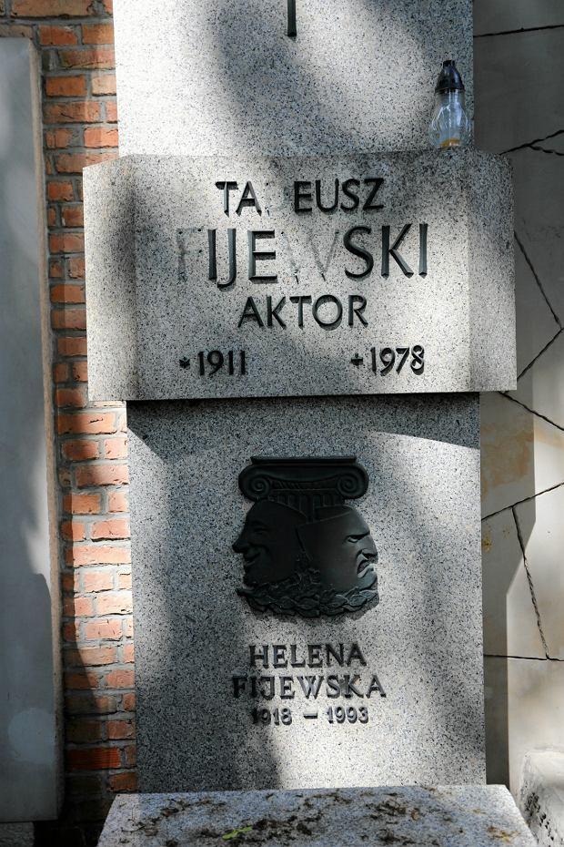 Ukradli literki z warszawskich Powązek