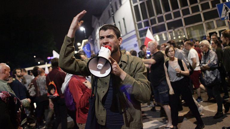 """Tłum przed Senatem zareagował na przyjęcie ustawy. Okrzyki: """"zdrajcy!"""" i """"zamach stanu!"""""""