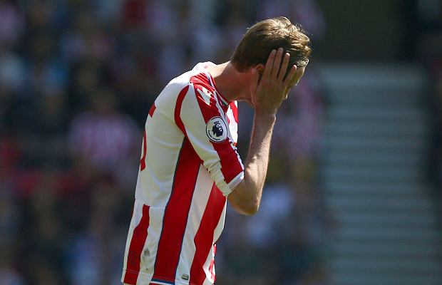 Stoke City's Peter Crouch gestures, during the English Premier League soccer match between Stoke City and Crystal Palace, at the bet365 Stadium, in Stoke, England, Saturday May 5, 2018. (Dave Thompson/PA via AP) SLOWA KLUCZOWE: soccer;football