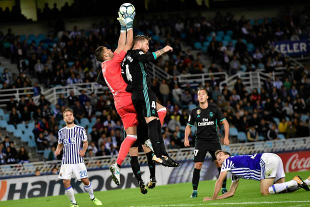Real Madrid's Sergio Ramos, fights for the ball in front Real Sociedad's goalkeeper Rulli during the Spanish La Liga soccer match between Real Madrid and Real Sociedad, at Anoeta stadium, in San Sebastian, northern Spain, Sunday, Sept. 17, 2017. Real Madrid won the match 3-1. (AP Photo/Alvaro Barrientos) SLOWA KLUCZOWE: XLALIGAX