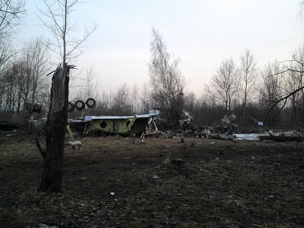 Podwozie Tu-154M na miejscu katastrofy smoleńskiej dzień po tym jak do niej doszło (fot. User:staszewski, PRS Team.net / Wikimedia.org / CC BY-SA 2.5)