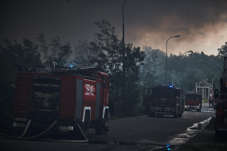 Gaszenie pożaru na wysypisku jest bardzo trudnym i pracochłonnym zadaniem dla straży pożarnej (Fot. Tomasz Stańczak / AG)