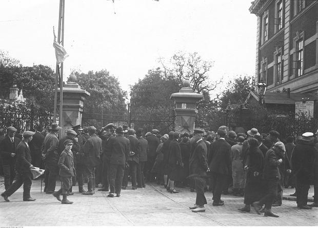 Tłum ludzi oczekujący na wiadomość o rannych przed bramą szpitala wojskowego w Alejach Ujazdowskich.