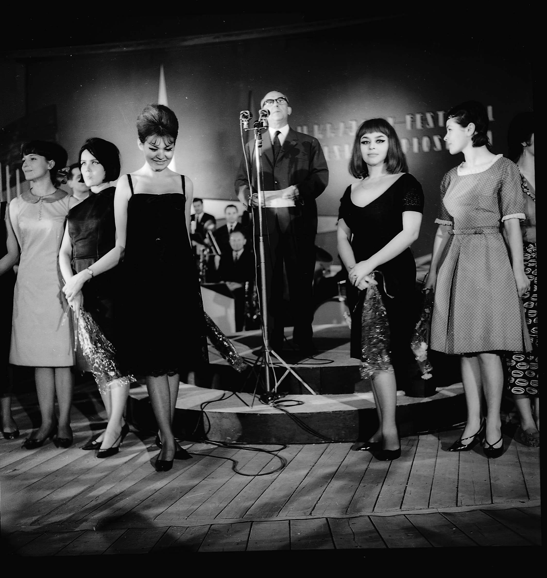 Festiwal Piosenki Polskiej w Opolu, 1969 r. Na pierwszym planie od lewej stoją: Iga Cembrzyńska, Kalina Jędrusik i Kasia Sobczyk (fot. Tadeusz Rolke / Agencja Gazeta)