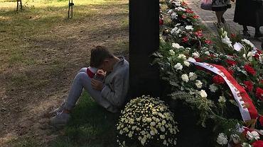 """Racewicz odsłoniła pomnik upamiętniający zmarłego męża. """"Dam radę, Mamiś"""""""