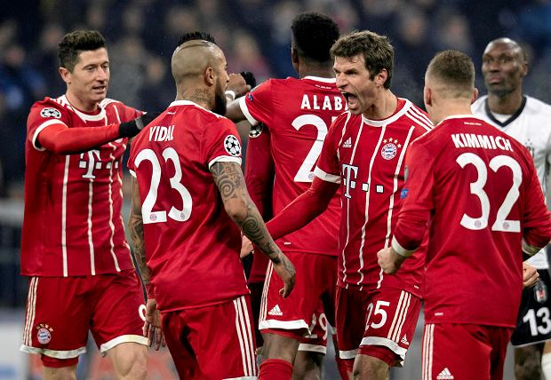 Bayern's Thomas Mueller, second right, is congratulated by his teammates Robert Lewandowski, left, Arturo Vidal, second left, and  Joshua Kimmich, right, after scoring the opening goal during the Champions League round of 16 first leg soccer match between Bayern Munich and Besiktas Istanbul in Munich, southern Germany, Tuesday, Feb. 20, 2018.  (Sven Hoppe/dpa via AP) SLOWA KLUCZOWE: xchampionsleaguex;Champions League;Bayern;lby
