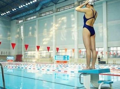 Trening pływacki doskonale rzeźbi sylwetkę i pozwala spalić bardzo dużo kcal