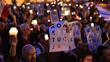 Kolejna noc protestów w całej Polsce. Tłumy ze świeczkami nie odpuszczają walki o wolne sądy
